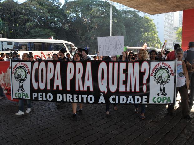 Foto de cartaz em SP contra a Copa