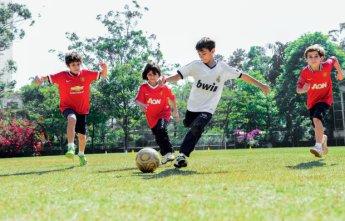 Crianças do Colégio Santa Maria (SP) optam por camisas do Manchester United e do Real Madrid na hora do futebol.