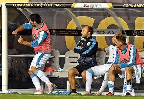"""Apesar de ter se envolvido em inúmeras polêmicas por seu comportamento em campo, a idolatria por Suárez existe por conta dadentificação dos torcedores com sua personalidade """"raçuda"""""""