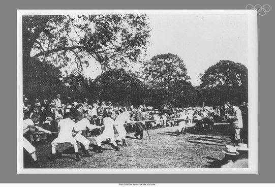 Cabo de Guerra nos Jogos de Paris-1900. O esporte foi disputado até os Jogos da Antuérpia, em 1920. Fonte: http://www.olympic.org/photos/paris-1900/tug-of-war