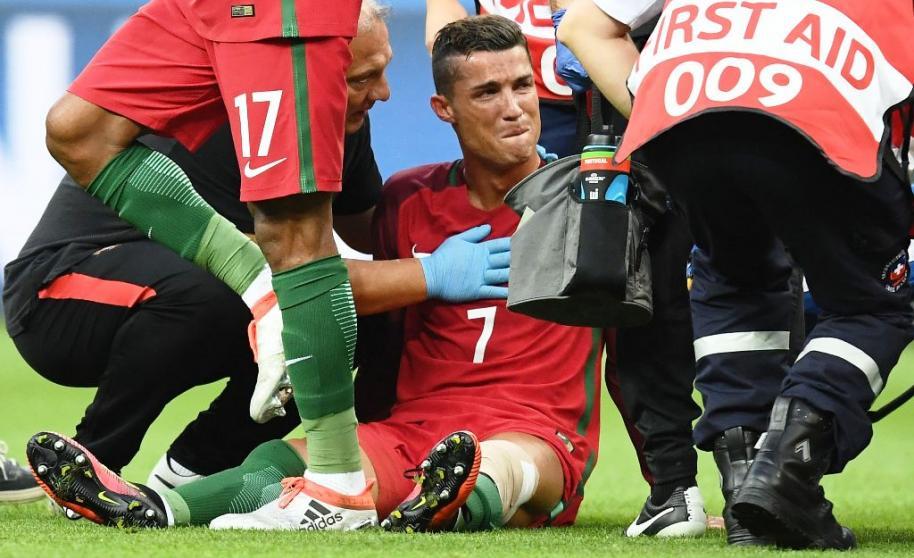 Cristiano Ronaldo não conteve as lágrimas e foi amparado pelo corpo médico e demais companheiros de seleção antes de deixar o gramado. Foto Reuters.