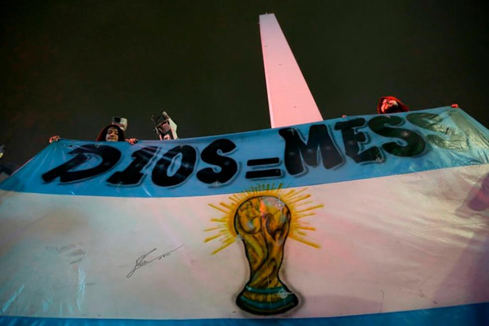 Manifestação de torcedores a favor de Messi, realizada em Buenos Aires em 02/07/2016 Fonte: http://globoesporte.globo.com/futebol/futebol-internacional/noticia/2016/07/no-te-vayas-lio-fas-se-reunem-pela-permanencia-de-messi-na-selecao.html