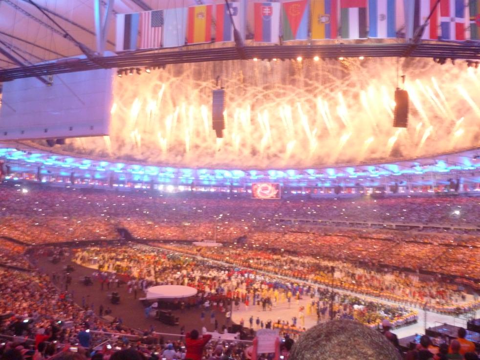 Fogos encantam o público presente no Maracanã