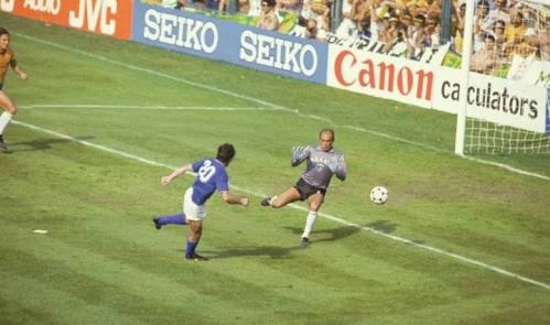 """A derrota do Brasil para a Itália por 3 a 2 na Copa de 1982, conhecida como a """"Tragédia do Sarria"""", mostrou por outro lado que o """"futebol-arte"""" não é a única forma de vencer uma partida. Por termos ao longo dos tempos, grandes jogadores como Pelé, Garrincha, Vavá, Jairzinho, Zico e outros, ficamos mal-acostumados e viciados em apenas uma estratégia de jogo: atacar, driblar, convencer, encantar."""