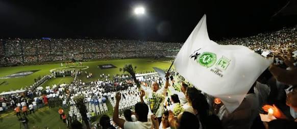A homenagem não só dos torcedores do Atlético Nacional de Medellín, mas também do povo colombiano à Chapecoense foi um momento único, para ser guardado eternamente na memória do esporte mundial. (Foto: Marcelo Carnaval/ O Globo)