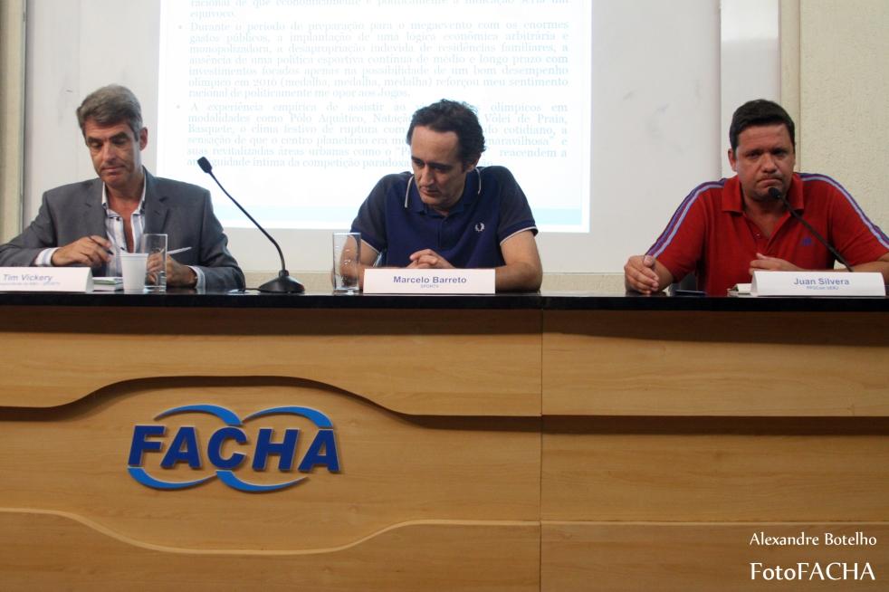 Os jornalistas Marcelo Barreto e Tim Vickery e o pesquisador em comunicação e esporte Álvaro do Cabo debateram dilemas e perspectivas do jornalismo esportivo. (Foto: Alexandre Botelho/FACHA)
