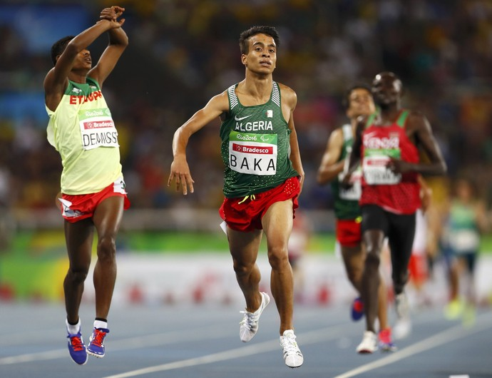 O argelino Abdellatif Baka, ao centro da imagem, possui baixa visibilidade. Mesmo assim, seu desempenho em sua categoria no paratletismo nos Jogos de 2016 chamou a atenção do mundo. (Foto: REUTERS/Jason Cairnduff)