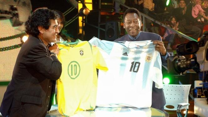 os-ex-jogadores-maradona-esq-e-pele-trocam-camisas-das-selecoes-argentina-e-brasileira-durante-a-estreia-do-programa-de-tv-la-noche-del-diez-a-noite-do-dez-uma-especie-de-talk-show-do-ex