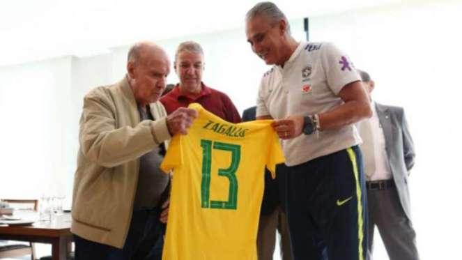 Zagallo recebendo camisa em sua homenagem